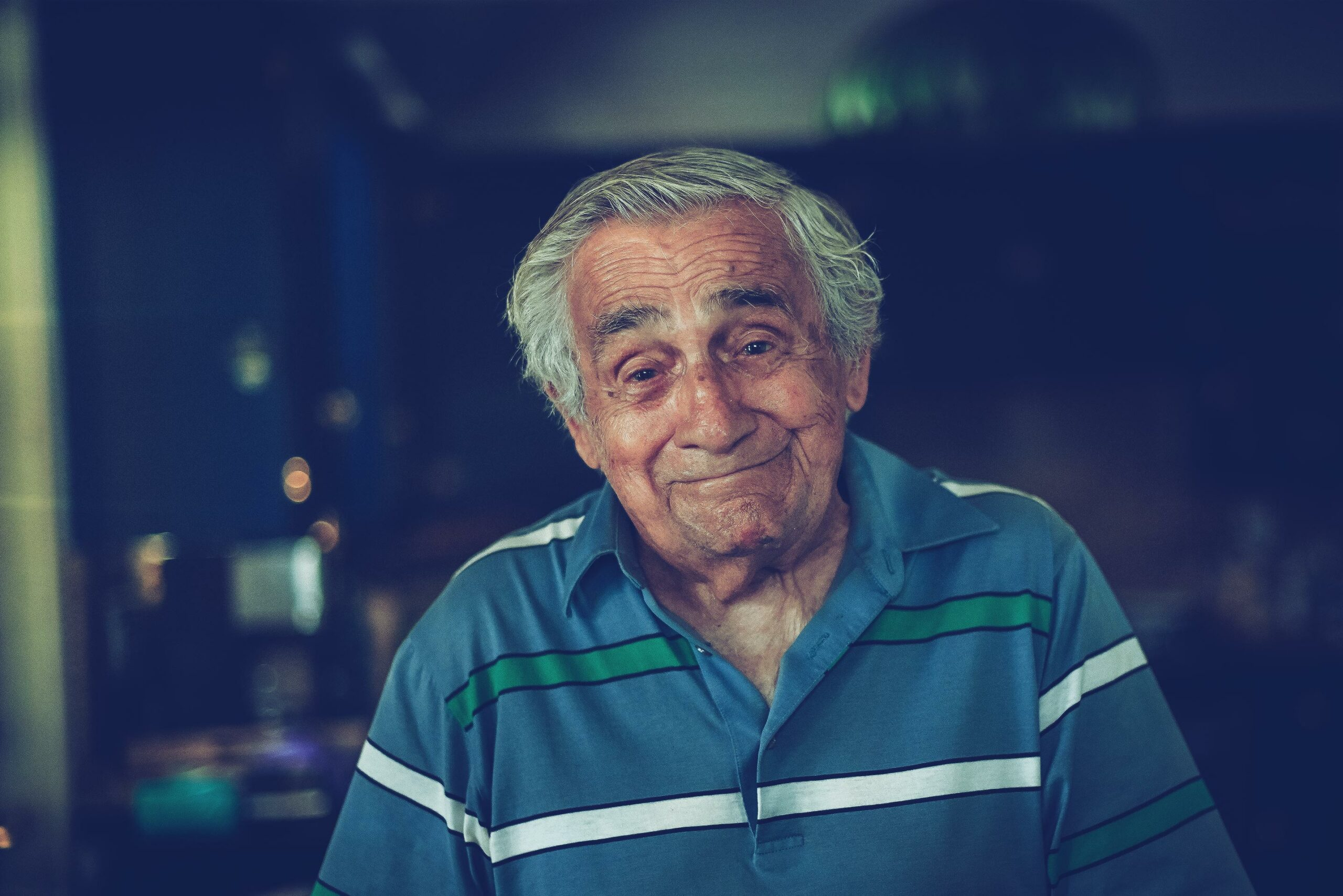 Elderly man in front smiling - Photo Grand Ami