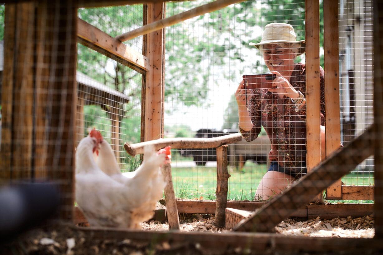 Magon - Femme avec ses poules